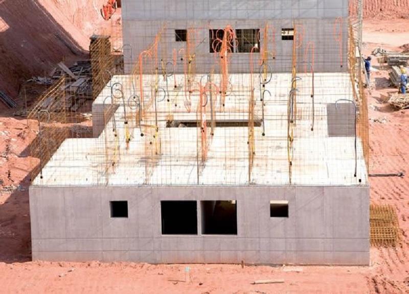 Construção de condomínio vertical popular com concreto armado
