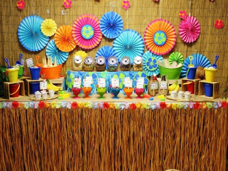 O uso de cores vibrantes é bem característico das decorações de festas havaianas