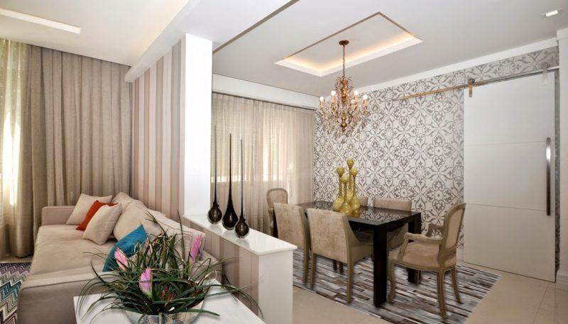Parede com textura de arabesco à direita da sala de jantar