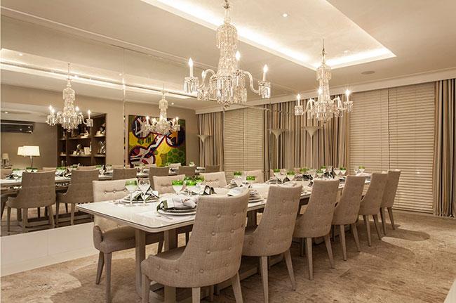 Sala de jantar decorada com grandes espelhos na parede