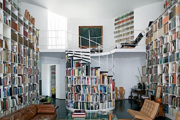 Estante de livros em escada caracol