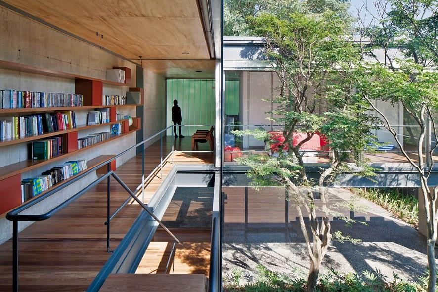 Estante para livros em varanda residencial