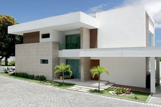 Fachada de casa com porcelanato na parede externa