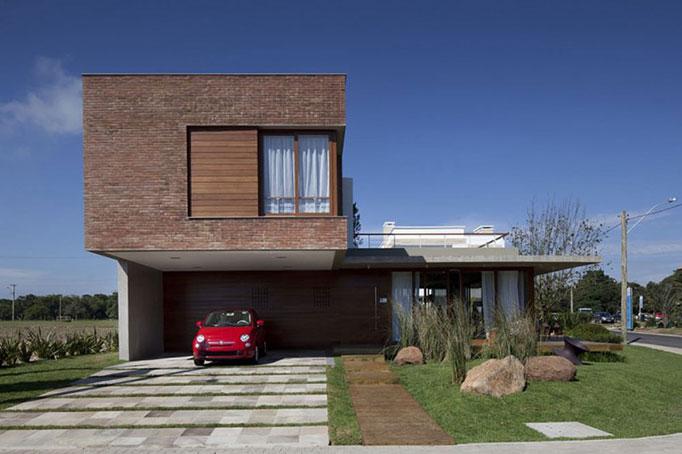 Casa moderna com fachada de tijolo aparente