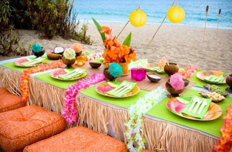Decoração havaiana na praia para luau ao ar livre
