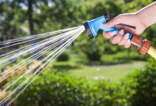 Irrigação de jardim manual com mangueira