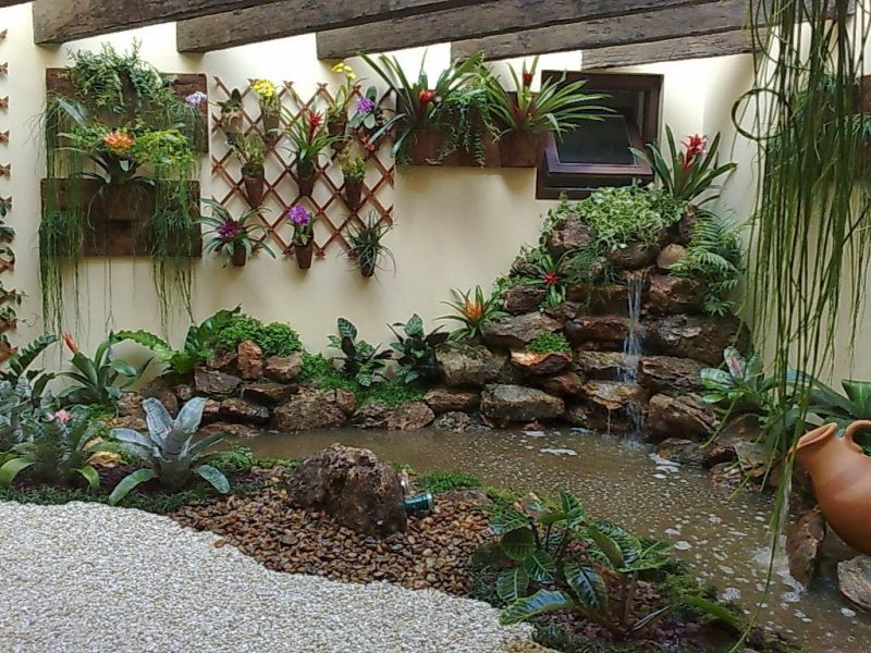Jardim de inverno pequeno montado em átrio residencial