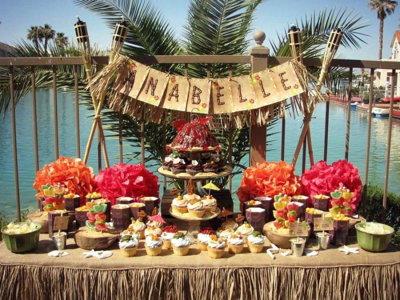 mesa externa para decoração de festa estilo havaiana