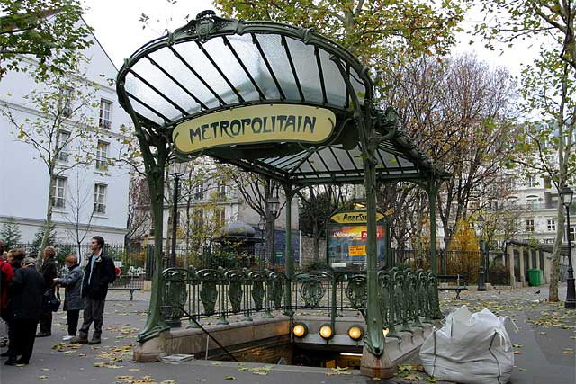 Acesso ao metrô metropolitano parisiense em Ferro no estilo Art Nouveau