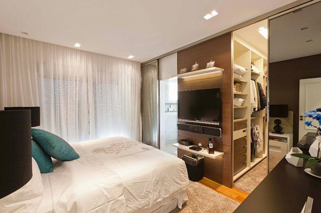 Foto de quarto de solteiro com closet e banheiro