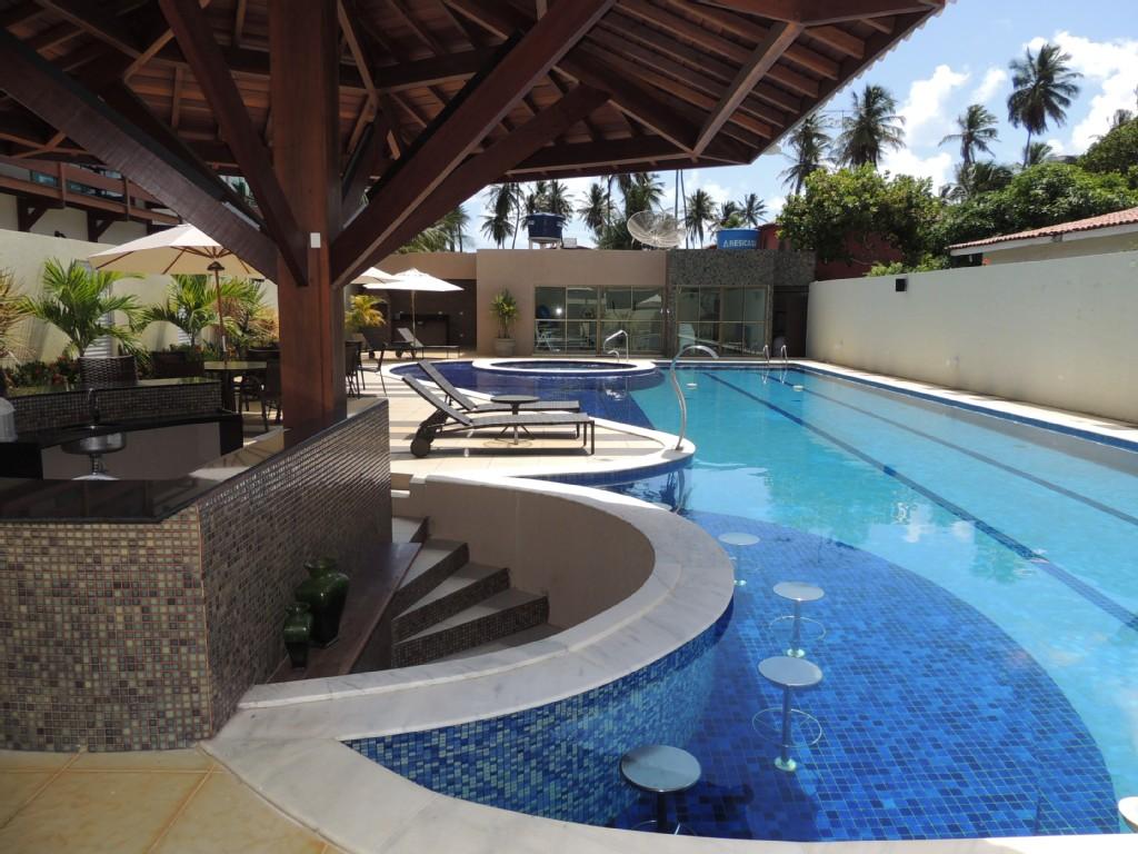 área de lazer com churrasqueira e piscina - piscina com bar