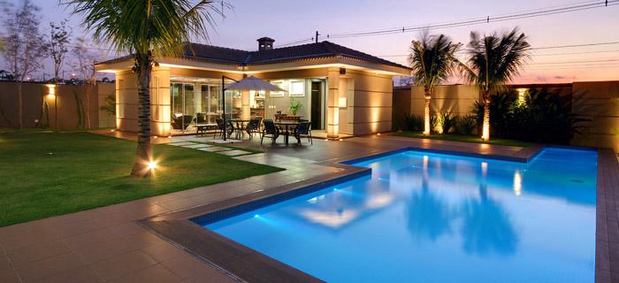 Casa simples moderna com área de lazer com piscina no jardim