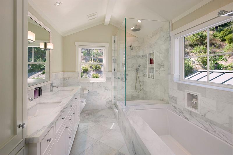 banheiro de mármore piso e bancada