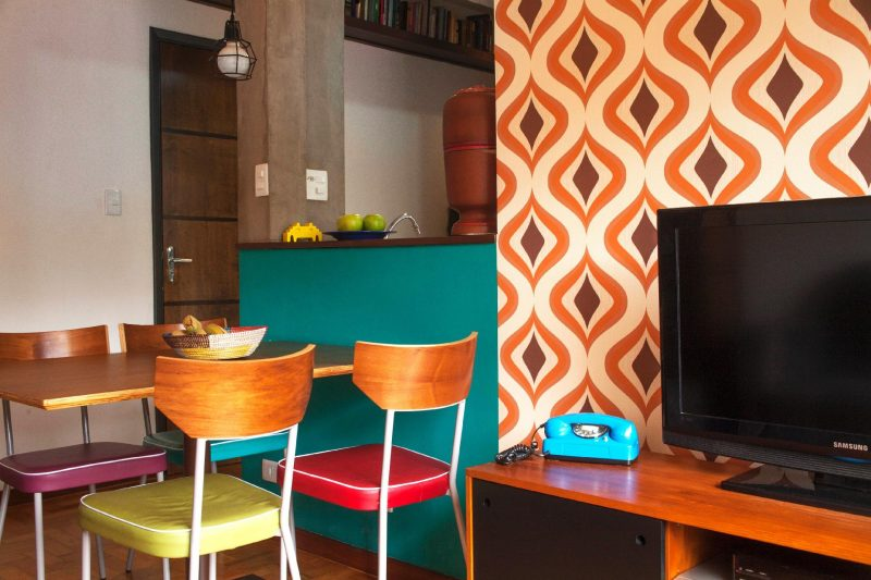 Decoração de cozinha retrô com cadeiras estofadas coloridas