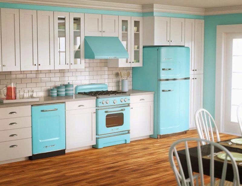 Cozinha simples decorada com móveis retrô azuis