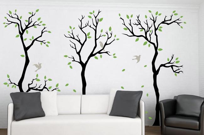 Sala de estar com paredes decoradas com árvores em adesivo