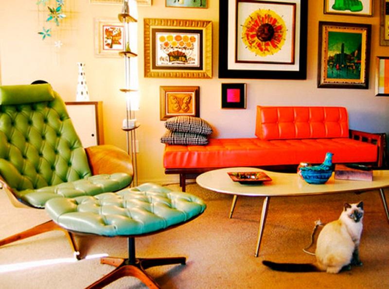 Sala com móveis coloridos estilo anos 50