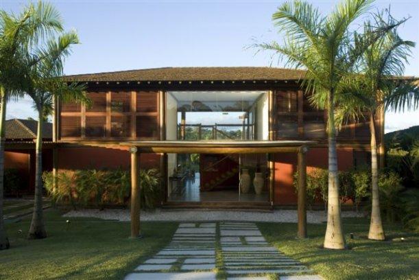 Fachada simples de casa grande de madeira