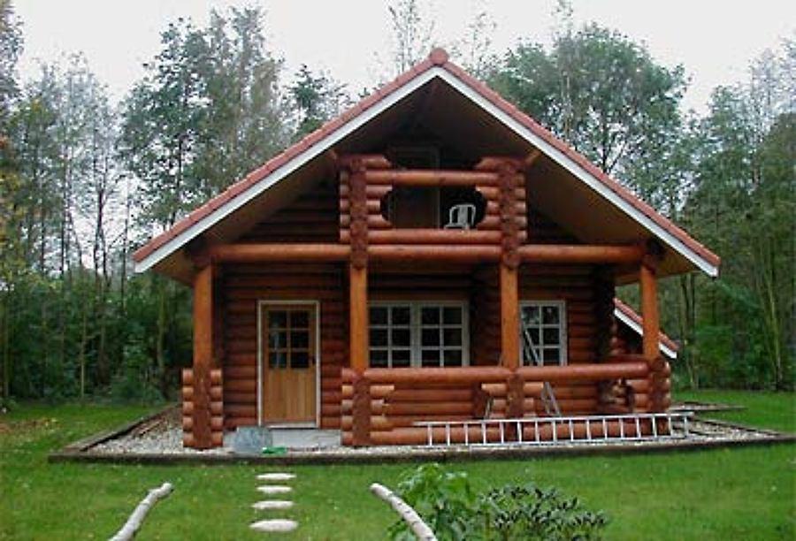 Fachada rústica em madeira. Casa de campo