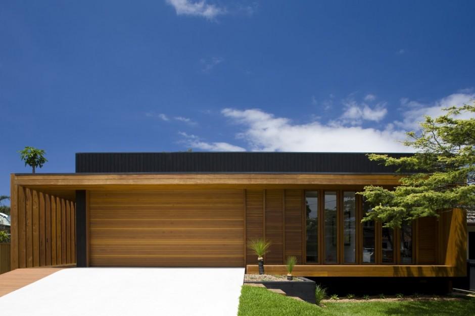 Fachada de madeira de casa simples