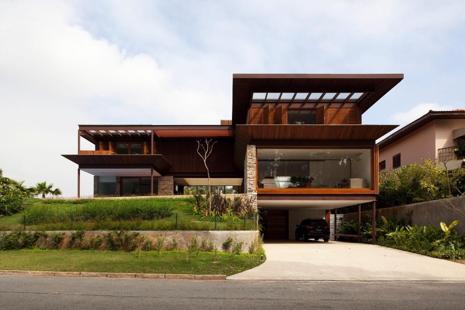 Fachada de casa de 3 pavimentos em madeira e pedra