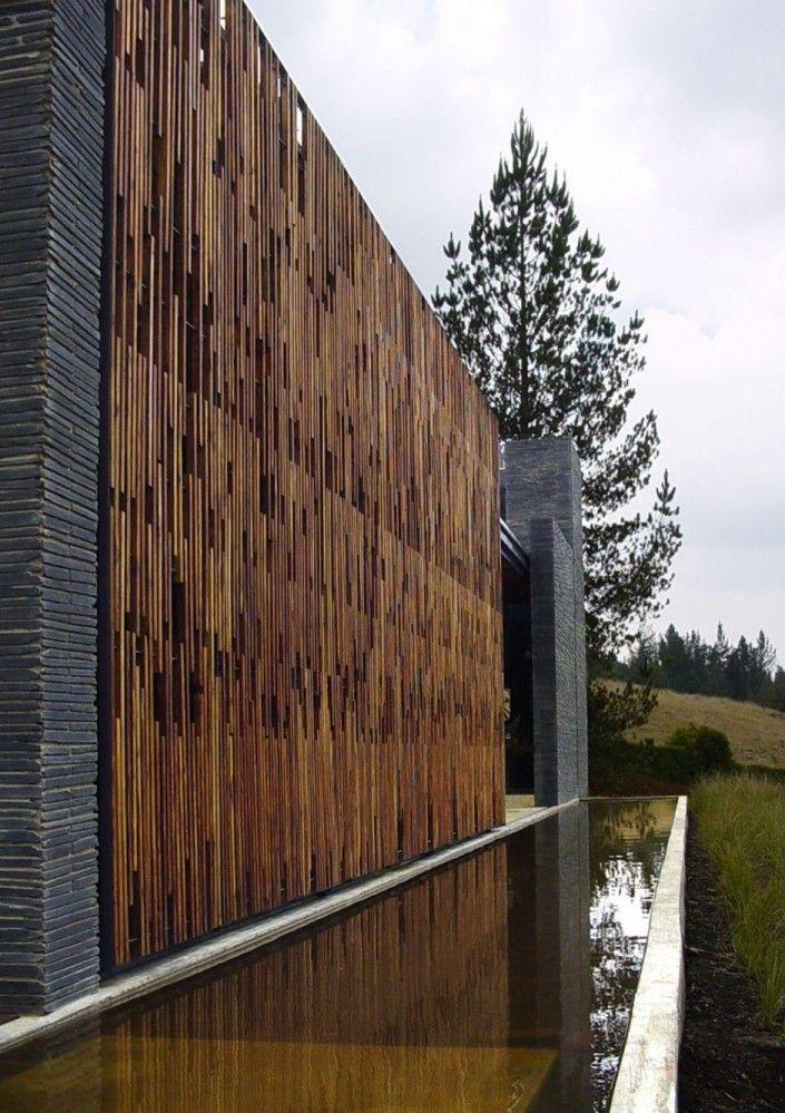 Muro com cerca revestida em madeira