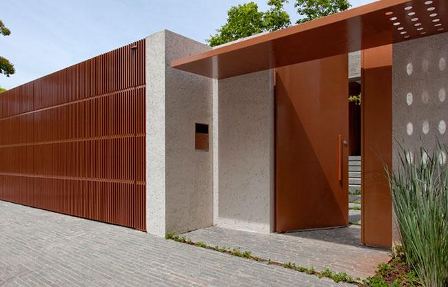 Belo muro residencial deito com madeira envernizada