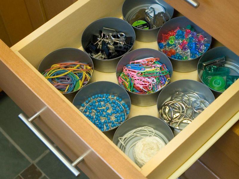 Gaveta com organizador de objetos de latinhas decoradas