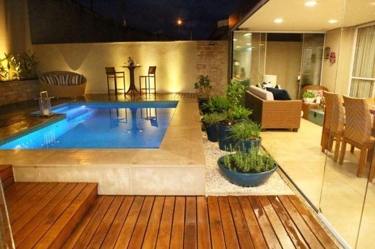 Iluminação externa embutida no piso de área de piscina