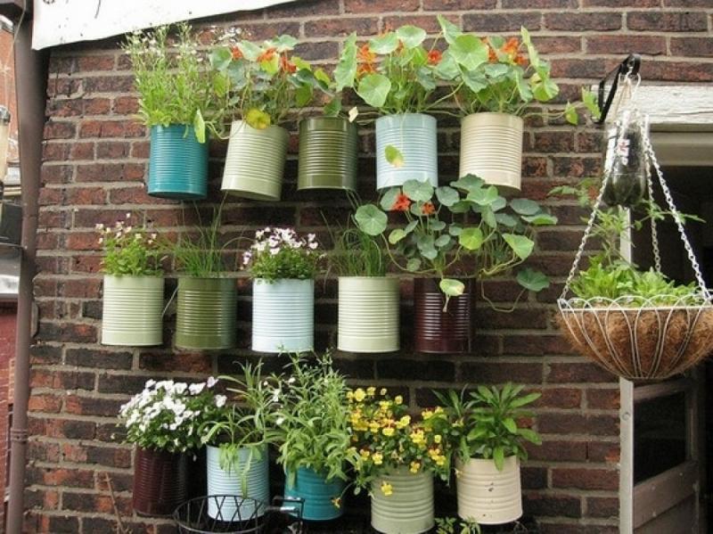 latinhas recicladas em jardim vertical