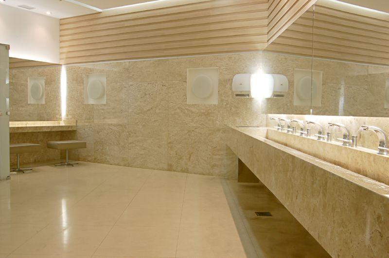 Banheiro com parede revestida com mármore nacional