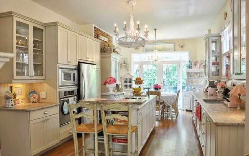 Mobiliário de cozinha retrô com cadeiras rústicas