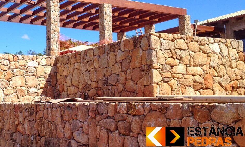 Muro e escada de pedra bolão natural