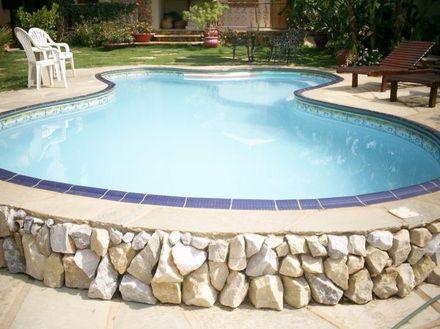 Mureta de piscina em pedra pirenópolis