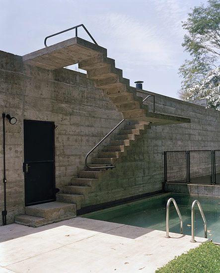 Projeto de muro de concreto brutalista com escada engastada