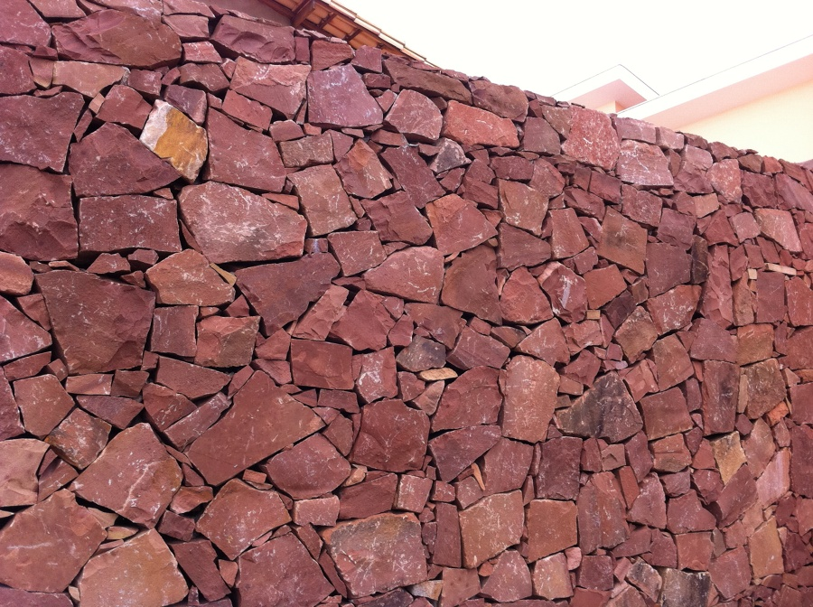 muro pedra portuguesa vermelha