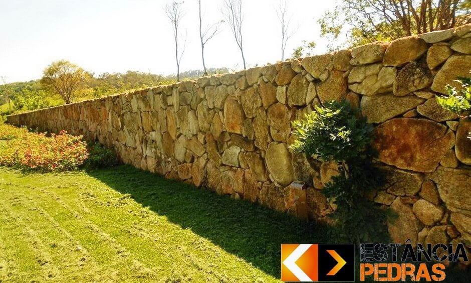 Escada e muro d pedra bolão talhada quadrada