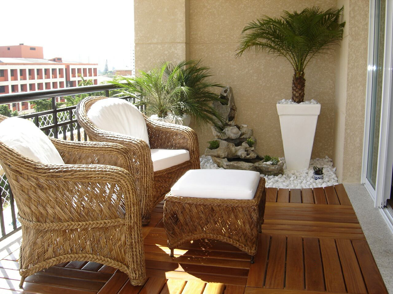 Piso de deck de madeira em varanda aberta mobiliada e decorada