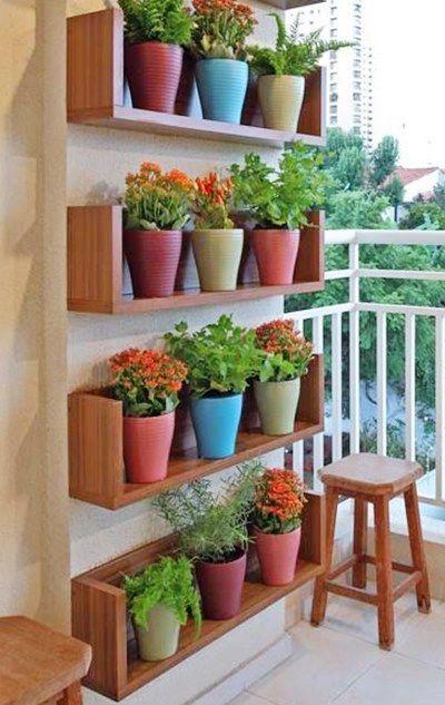 Jardim vertical em sacada aberta decorada