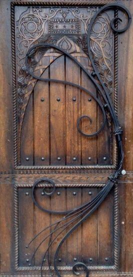 Esquadria de entrada em madeira rústica e aço