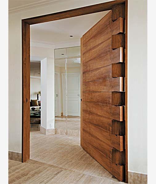 Porta Pivotante de madeira com acabamento rústico