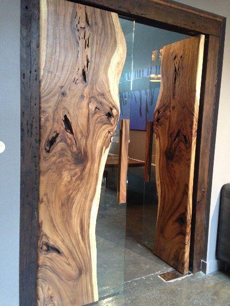 Porta rústica de madeira com acabamento bruto