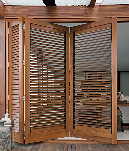 Porta de madeira sanfonada veneziana