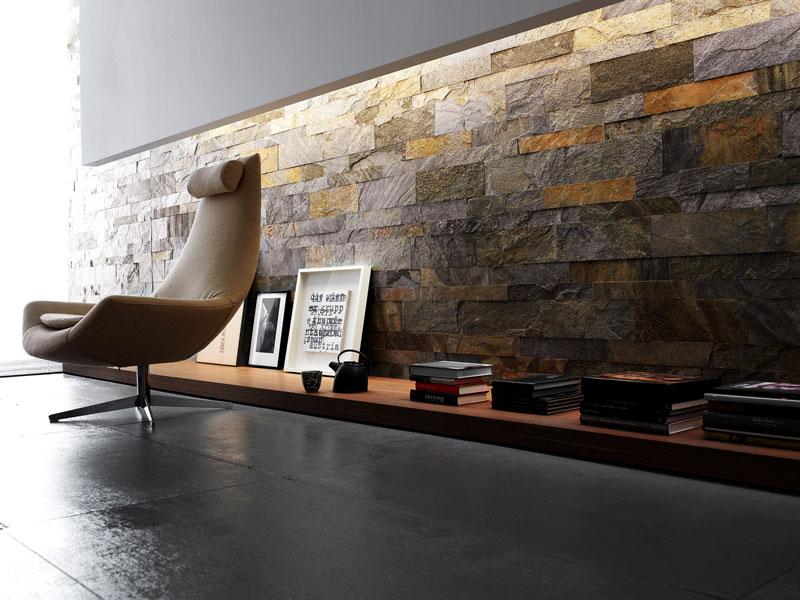 Sala de estar moderna com revestimento de ardósia