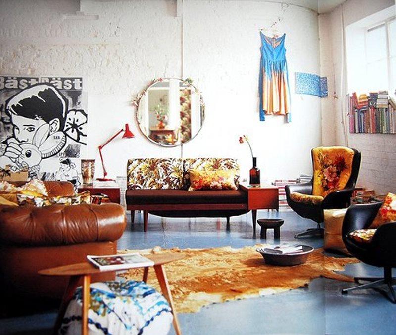 Cadeiras e móveis de couro marrom bem características das decorações dos anos 60