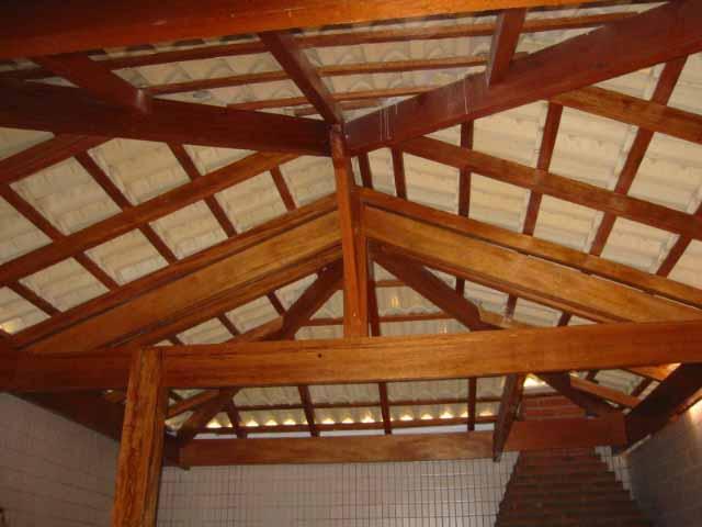 telhado com estrutura aparente em peroba rosa