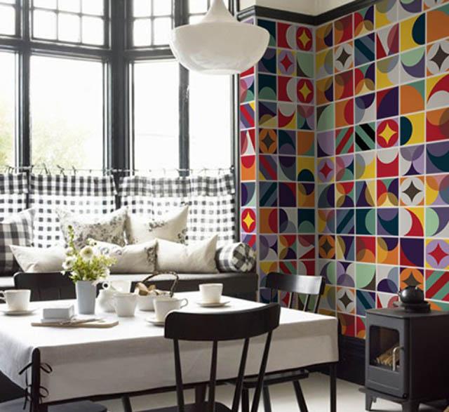 parede de cozinha integrada revestida com adesivos de azulejos
