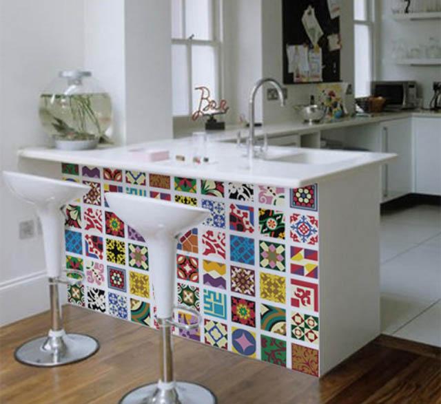 Bancada de cozinha modernas com azulejos coloridos