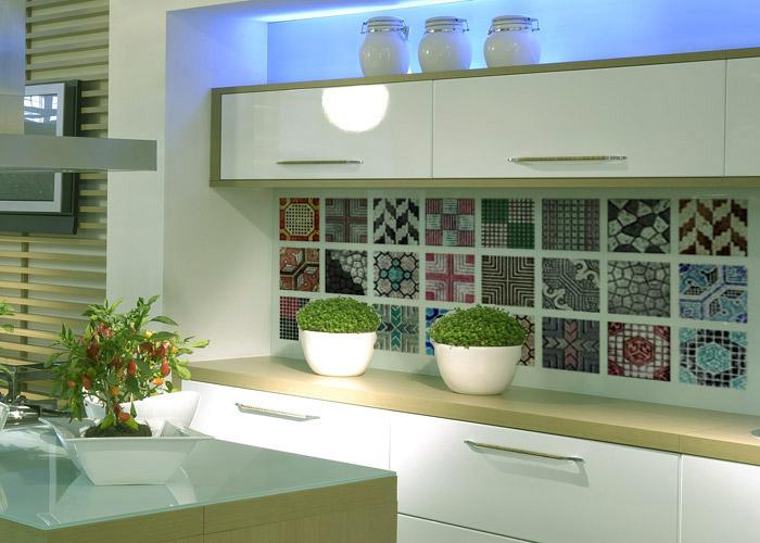 Bancada da cozinha com azulejos coloridos estilo vintage