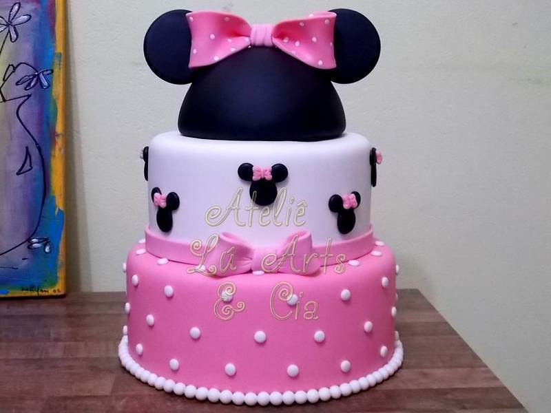 Bolo de festa decorado da Minnie cor de rosa